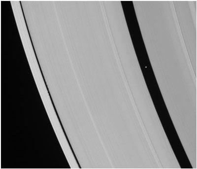 O imagine a inelelor lui Saturn realizată de nava spațială Cassini, în 2007. Golul mai mare este cauzat de prezența micului satelit Pan, care este ușor de văzut aici. Golul mai mic este cauzat de satelitul Daphnis, care este aproape invizibil în această imagine, dar căutați valurile pe care le lasă în urmă în materia din care este format inelul.
