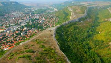 Figura 1. Stânci abrupte la vest și est se ridică către un platou. Râul Provadiyska curge spre sud, prin oraș. La est de oraș, o fâșie lungă de teren se întinde de-a lungul văii, pe care a fost construită Cetatea Ovech. Apoi, spre est se află o altă vale, mai îngustă decât prima, de-a lungul căreia un alt râu curge spre sud. Și platoul continuă la est de acea vale.