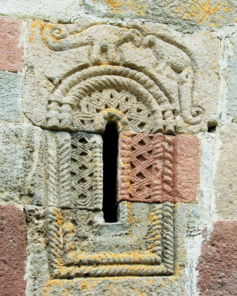 Fereastra clopotniței bisericii Sfânta Treime din Georgia (cunoscută și sub numele de Tsminda Samebe și construită la anul 1300) conține niște sculpturi neobișnuite care arată puțin cu doi dinozauri, probabil angajați într-o luptă cap la cap.