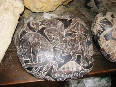 Piatră Ica descoperită în Peru pe care este desenat un dinozaur triceratops.