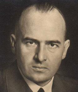 Figura 3. Avocatul principal nazist Hans Frank a susținut că Hitler ar trebui să stea deasupra legii. El a fost ministr în Reich fără portofoliu, șeful Asociației Naționale a Barourilor Socialiste (1933–1942), membru al Reichstagului, președinte al Camerei internaționale de drept (1941–42) și al Academiei de Drept German și guvernator general al teritoriile poloneze ocupate in octombrie 1939–1945.