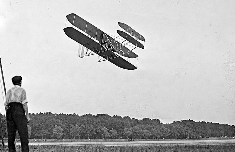 Orville Wright în timpul probării zborurilor pentru armata americană de la Fort Myer, Virginia, în iulie 1909. Frații Wright au putut să-și vândă avionul către Divizia Aeronautică a Armatei, U.S. Signal Corps.