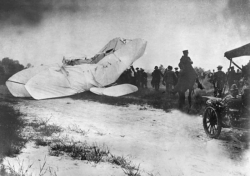 Trupele Corpului de Semnalizare al Armatei SUA se grăbesc pe locul unui avion prăbușit pentru a salva pe pilotul Orville Wright și pe pasagerul său, locotenentul Thomas E. Selfridge, care a murit din cauza rănilor sale, din epava din 17 septembrie 1908.